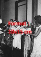 Reproduction D'une Photographie Ancienne De Fillette Se Lavant Les Dents Avec Des Jets D'eau Au Costa-Rica En 1950 - Reproductions