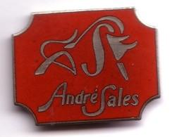FF149 Pin's MILLAU Bison Maroquinerie CUIR André Sales Aveyron Egf Achat Immédiat - Ciudades
