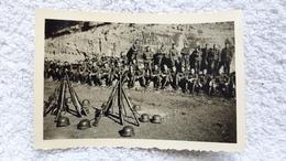 Foto Rast Gruppenfoto Soldaten Gewehr Helm Militär 2 WK - 1939-45