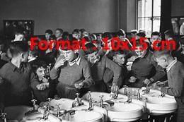 Reproduction D'une Photographie Ancienne De Garçons D'une école Se Lavant Les Dents Dans Une Salle D'eau Communeen 1945 - Reproductions