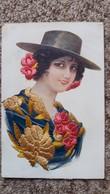 CPA BRODEE ESPAGNOLE AUTOUR 1919 CHAPEAU FLEURS BRODERIE HABIT AUTRE MODELE  2 BANDES COLLEES AU DOS - Embroidered