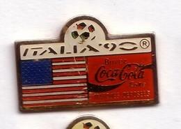C281 Pin's Football Coupe Monde Italie Coca Cola Coke Drapeau USA Achat Immédiat - Coca-Cola