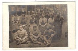 MILITARIA - 1917 - CARTE PHOTO - GROUPE DE TRAVAILLEURS - Guerra 1914-18