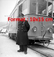 Reproduction D'une Photographie Ancienne D'un Conducteur D'un Tramway à Thun En Suisse En 1952 - Riproduzioni
