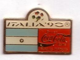 C273 Pin's Foot Football Coupe Monde Italie Coca Cola Coke Drapeau Argentine Argentina Achat Immédiat - Coca-Cola