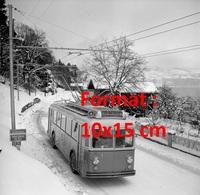 Reproduction D'une Photographie Ancienne D'un Trolley Busroulant Sur Une Route Enneigée à Thun En Suisse En 1952 - Riproduzioni
