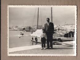 PHOTO 83 - SAINT-RAPHAEL - Avril 1956 - TB PLAN HOMME Et Enfant Sur Le Port + Vue Bâteaux + Habitations + PEDALO - Saint-Raphaël