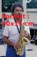 Reproduction D'une Photographie Ancienne Du Chanteur Pierre Perret Au Saxophone En 1987 - Repro's