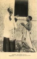 Ouganda - Prêtre Indigène Bénisant Sa Mère - Missions Des Pères Blancs - Uganda