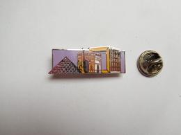 Superbe Pin's En EGF , Arc De Triomphe , Arche De La Défense , Pyramide Du Louvre , Paris , Signé Corner - Villes