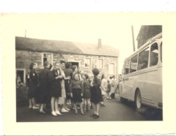 VILLERS STE GERTRUDE - Débarquement De Patronnées Ou Scouts En 1957 - Car, Bus, Oldtimer (Photo +/- 6 X 9 Cm )  (B274 ) - Plaatsen