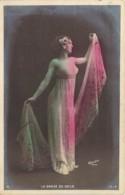 La Danse Du Voile Par Une Belle Actrice Aux Seins Nus Carte Précurseur - Vintage Romance < 1960