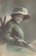 Belle Dame Chasseresse Et Son Fusil Prêt à Tirer Le Lapin - Hunting