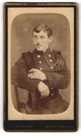 Fotografie Deton-Cornand, Mons, Junger Soldat In Uniform Auf Stuhl Sitzend - Anonymous Persons