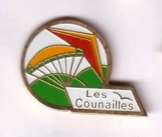 E98 Pin's LES COUNAILLES Club Parapente Parachute Aile Delta Le Syndicat Vosges Achat Immédiat - Paracadutismo