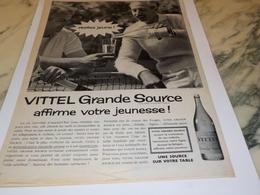 ANCIENNE  PUBLICITE AFFIRME VOTRE JEUNESSE GRANDE SOURCE  DE VITTEL  1960 - Affiches