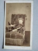 CDV A VOIR - Petite Fille Pose Étonnante - Circa 1870 - Photo Pierre Petit, Paris - BE - Foto