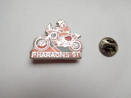 Beau Pin's En Zamac , Moto , Rallye Des Pharaons , Pyramide , Signé M.C. - Motos
