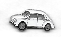 Pin's  Argenté  Automobile  RENAULT  4 CV  Blanche, 25 Mm X 10 Mm - Renault