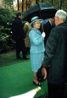 Photo Couleur Originale La Reine Elizabeth II Et Le Prince Philip Duc D'Edimbourg En Promenade Sous Parapluie - Personalidades Famosas