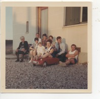 Photo ( Réunion De Famille - Assise Sur Une DS à Pédale ) - Photos