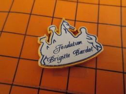 620 Pin's Pins / Beau Et Rare / THEME : ANIMAUX /  FONDATION BRIGITTE BARDOT - Noël