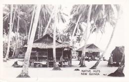 NATIVE HUTS, NEW GUINEA. PHOTO CARTE POSTALE CIRCA 1940's NON CIRCULEE -LILHU - Papouasie-Nouvelle-Guinée