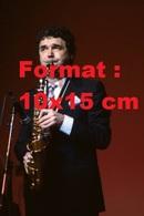 Reproduction D'une Photographie Ancienne Du Chanteur Pierre Perret Au Saxophone En 1984 - Repro's
