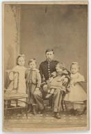 CDV Circa 1870. Un Militaire En Pose Avec Ses Quatre Enfants Par Clément Malfait à Dunkerque. Service Des Douanes ? - Photos