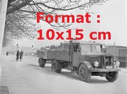 Reproduction D'une Photographie Ancienned'un Camion Saurer Diesel Avec Remorque Transportant Des Sacs En 1940 - Repro's