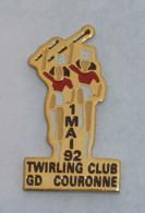 Pin's TWIRLING CLUB DE GRAND COURONNE  MAJORETTES - Pin's
