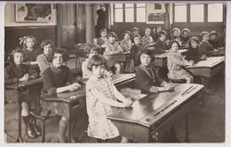 CARTE PHOTO : SALLE DE CLASSE DANS UNE ECOLE - ECOLIERES - PUPITRES - POELE A BOIS - CARTES GEOGRAPHIQUES - 2 SCANS - - Ecoles