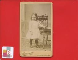 Pierre Petit Photographe Paris 1890 Superbe Photo CDV Tranche Dorée Petite Fille 3 Ans Poupée Chaise Album Photographie - Fotos