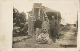 Carte Photo Soldats Français 5eme Et 142eme RI, Croix Rouge, Devant Une Cabane Douche  / 14-18 / WW1 / POILU - 1914-18