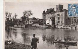 NEMOURS (77). Les Rives Du Loing Et Le Château.Artiste Peintre, Pêcheur à La Ligne En Barque - Nemours