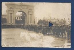 49 - ANGERS - GUERRE 1914-18 - CARTE PHOTO- LE 135e PASSE SOUS L'ARC DE TRIOMHE - PLI TRANSVERSAL, MAIS DOCUMENT - VERSO - Angers