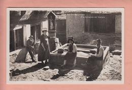 OUDE POSTKAART - ZWITSERLAND - SCHWEIZ -    SUISSE -    AM DORFBRUNNEN - VALAIS - VERSTUURD 1937 UIT ST. NIKLAUS - VS Valais