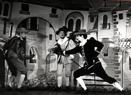Carte Photo Originale Portrait De Cyrano En Plein Combat D'épée Sur Scène Et Long Nez Vers 1960 - Mousquetaires à Id. - Célébrités