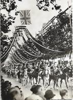 CPSM. SOUVERAINS BRITANNIQUES A PARIS. DEFILE BOULEVARD DE LA MADELEINE. - Histoire