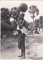 380 NIGER - FEMME DU NIGER, PORTEUSE, AVEC SON ENFANT DANS LE DOS - Niger