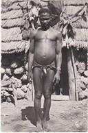 381 GUINÉE - TYPE BASSARI DEVANT SA CASE - PERSONNAGE AUTHENTIQUE - Guinea