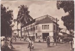 410 CONAKRY - INDIGÈNES SE PROMENANT SUR LA ROUTE, DEVANT L'HÔTEL DU NIGER - Guinee