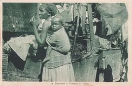 429 DJIBOUTI - COMMERCE EN COURS AVEC DES VENDEURS DE DATTES ET UNE JEUNE FEMME PORTANT SON BÉBÉ DANS LE DOS - Djibouti
