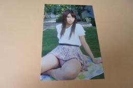 REPRODUCTION PHOTO ....BELLE  JEUNE FEMME ASIATIQUE SEXY.....SUR L'HERBE - Personnes