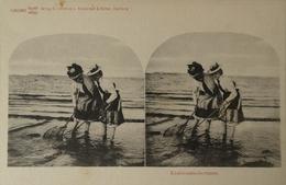 Stereo - AK // Strand - Beach Fun // Krabbenfischerinnen  . Ca 189? - Ansichtskarten
