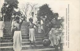 Inde - Françaises - Chandernagor - Groupe Hindou Sur Un Escalier Près De L' Iraouaddy - Inde