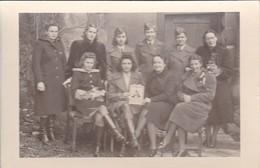 AK Foto Gruppe Frauen - Uniform Sanitäter - Handarbeiten - 2. WK  (48105) - Guerre 1939-45