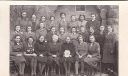 AK Foto Gruppe Frauen - Uniform Sanitäter Luftwaffenhelferin - Handarbeiten - 2. WK  (48106) - Guerre 1939-45