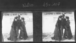 Pose Devant La Laiterie , Jolie Photo Animée , Années 1910 - Photos Stéréoscopiques