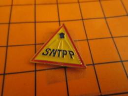 915c Pin's Pins / Beau Et Rare / THEME : MARQUES / PANNEAU DE SIGNALISATION SNTPP - Marques